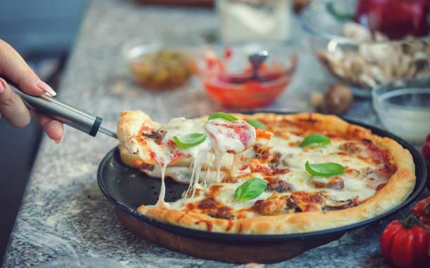 Frisch gebackene hausgemachte Salami Pizza – Foto