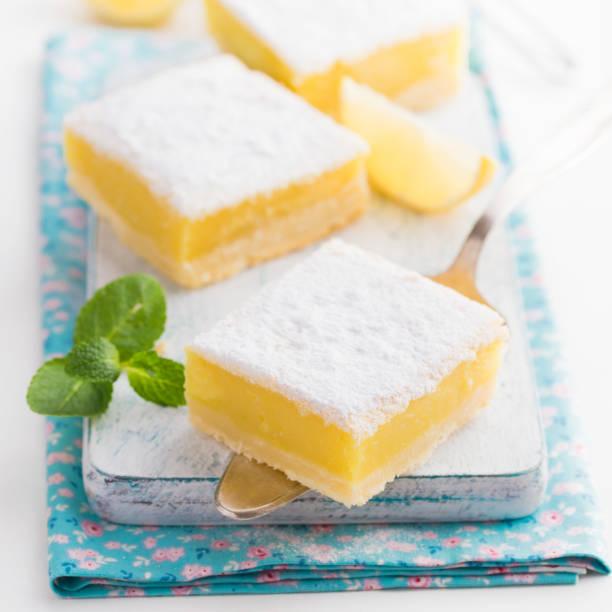 갓 구운된 레몬 바 스톡 사진