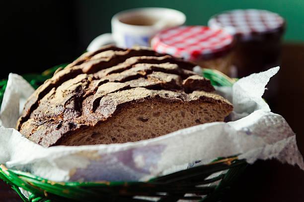 freshly baked loaf of whole-grain bread in a swiss cottage - bayerische brotzeit stock-fotos und bilder