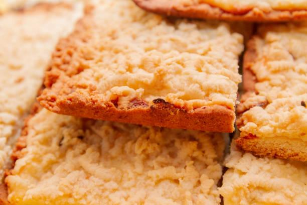 frisch gebackener sandkuchen in stücke geschnitten liegen übereinander - quark öl teig stock-fotos und bilder