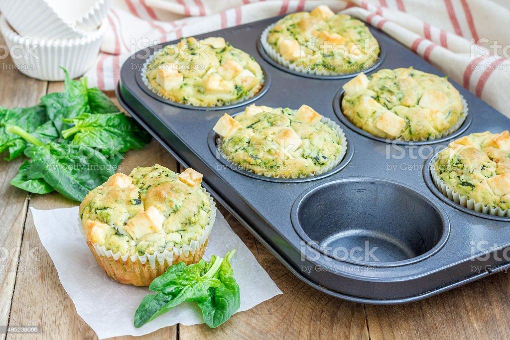 Frisch gebackenen Snacks, muffins mit Spinat und feta-Käse – Foto