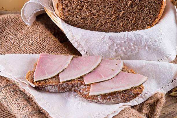 frisch gebackenes traditionelle brot - obst kalorien stock-fotos und bilder