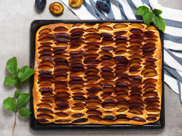 frisch gebackene traditionelle deutsche pflaumen blechkuchen. - pflaumentarte stock-fotos und bilder