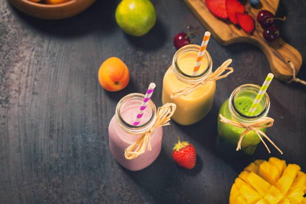 frisch gemischt frucht-smoothies - pfirsich milchshake stock-fotos und bilder