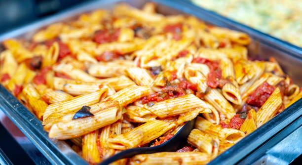 frisch gekochte italienische penne nudeln in bolognese - nahrungsmittelindustrie stock-fotos und bilder