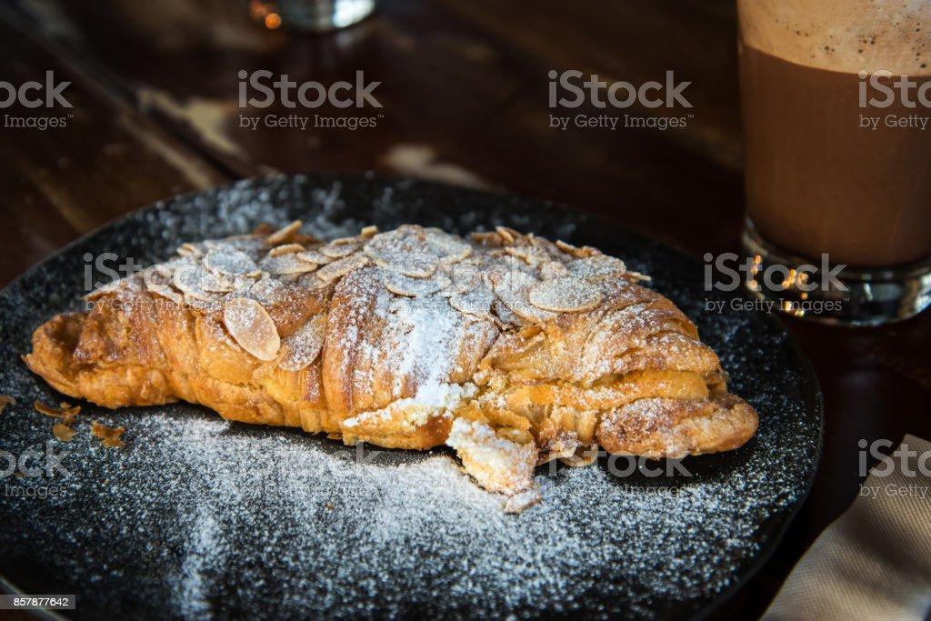 Frisch gebackene Croissants traditionelles Brot – Foto