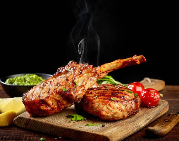 frisch gegrillte steaks heiß - marinade für grillfleisch stock-fotos und bilder