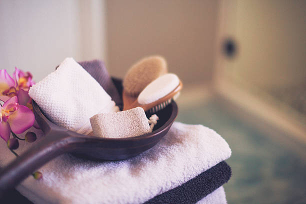 freshly laundered towels folded neatly with spa body care essentials - badezimmer rustikal stock-fotos und bilder