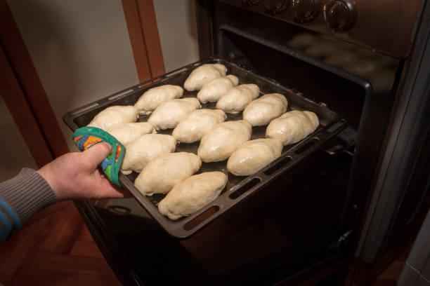 frisch gemachte kuchen liegen vor dem kochen auf einem backblech - quark öl teig stock-fotos und bilder