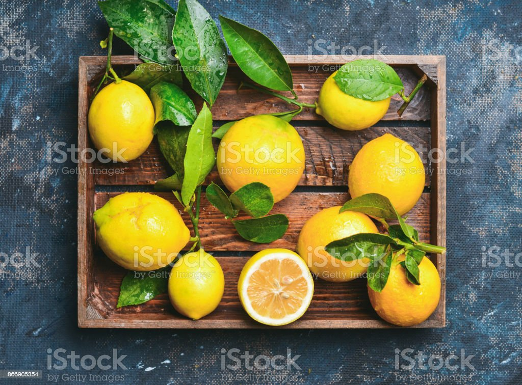 Vers geplukte citroenen met bladeren - Royalty-free Achtergrond - Thema Stockfoto