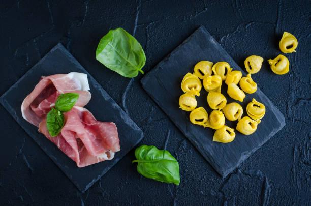 frisch zubereitete italienische tortellini - pasta deli stock-fotos und bilder
