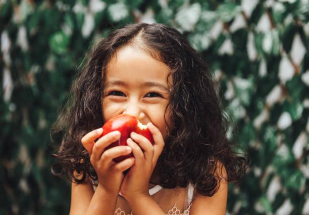 freshness - eating imagens e fotografias de stock