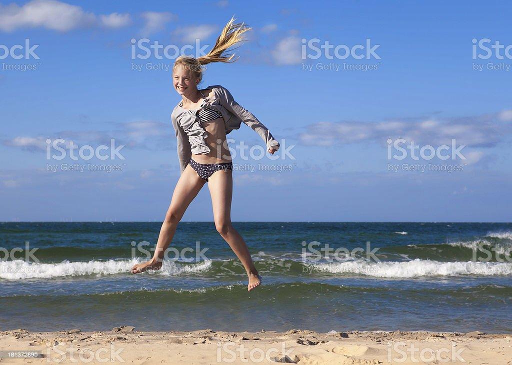 Freudensprung am Strand – Foto