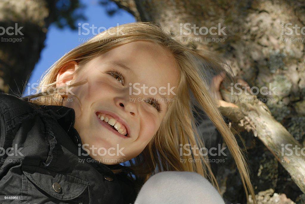 fröhliches Mädchen auf Baum, happy girl on tree royalty-free stock photo