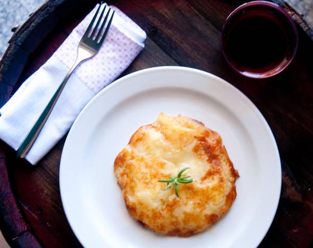 frico typisch friaulischen gericht basierend auf kartoffeln und käse, italien - friaul julisch venetien stock-fotos und bilder