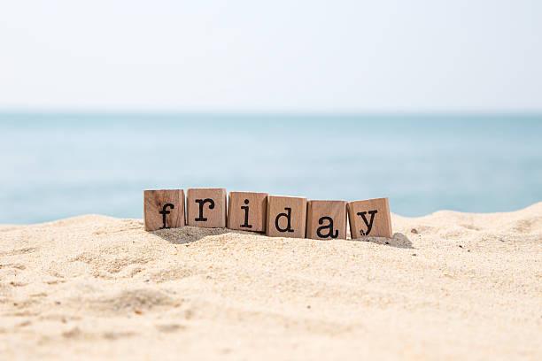 freitag wort auf meer-sand-strand - freitag stock-fotos und bilder
