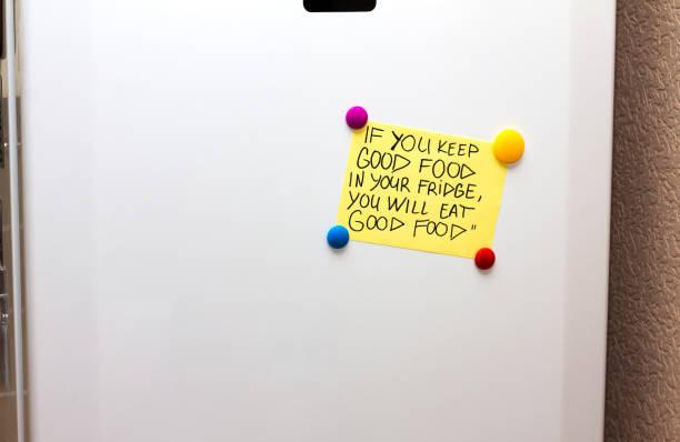 kühlschrank (kühlschrank) hinweis mit zitat über gute gesunde ernährung - motivationsfitness zitate stock-fotos und bilder