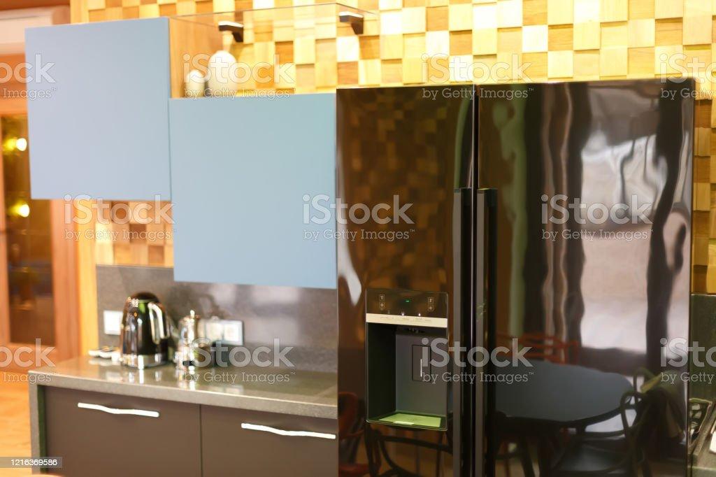 Image of: Foto De Geladeira Com Duas Portas Armario Pendurado Na Cozinha Em Uma Parede De Madeira E Mais Fotos De Stock De Adorno Corporal Istock