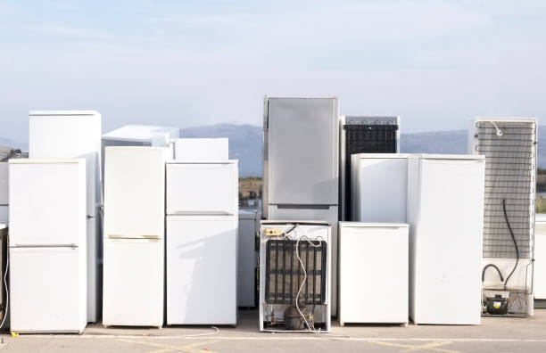 fridges stacked in a row for recycle used refrigeration units pollution gas - jumping zdjęcia i obrazy z banku zdjęć