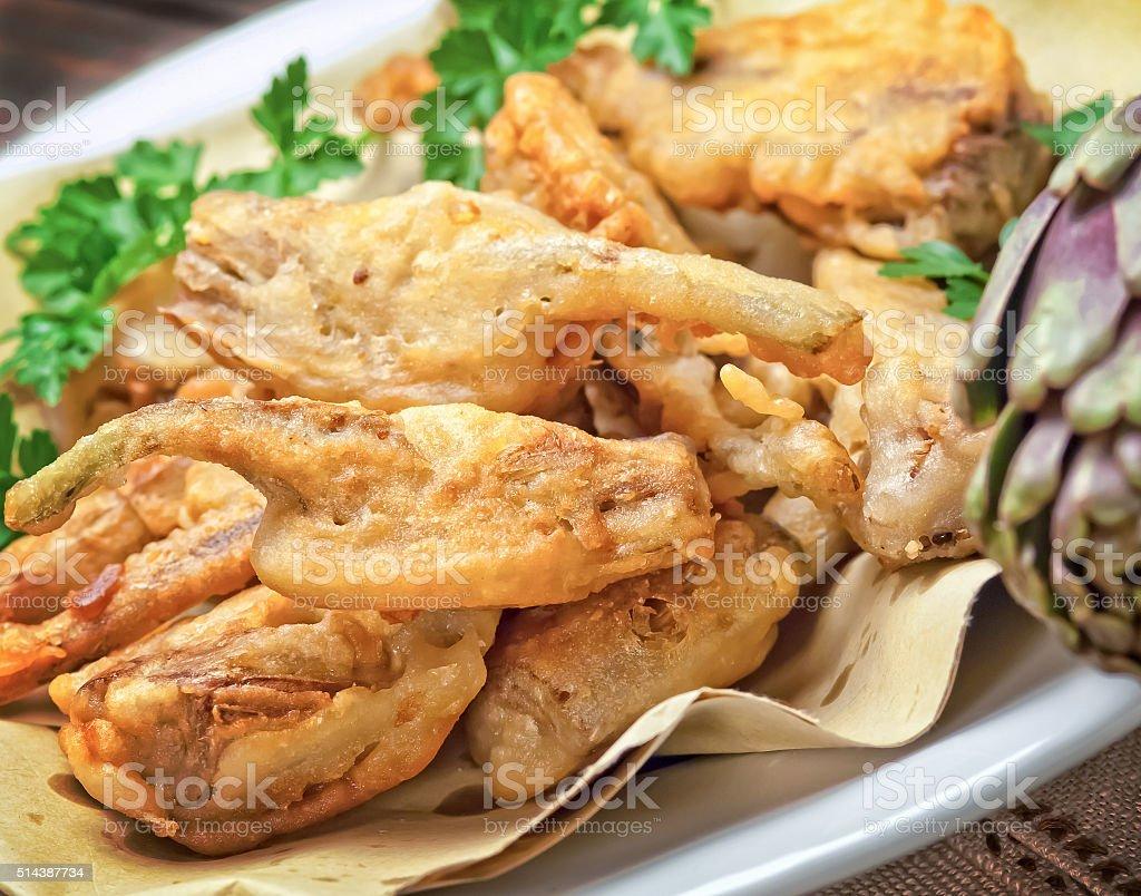 Carciofi fritto su piatto bianco - foto stock