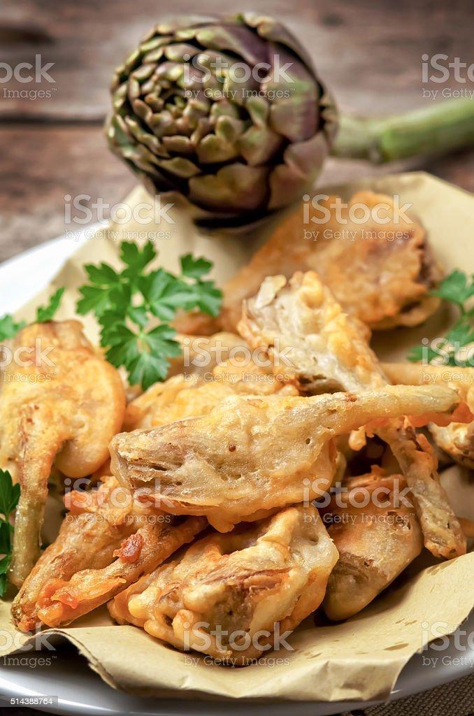 Prosciutto carciofi sul tavolo di legno - foto stock