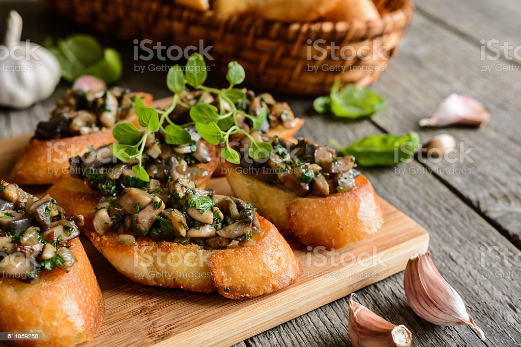 Fried baguette with mushrooms, garlic and herbs стоковое фото