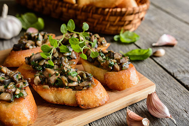 fried baguette with mushrooms, garlic and herbs - 식용 버섯 뉴스 사진 이미지