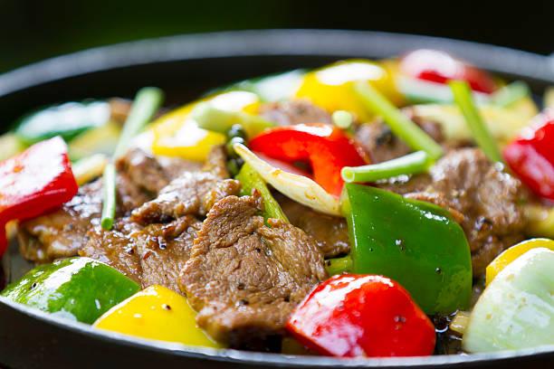 жареной говядины с болгарский перец - стир фрай стоковые фото и изображения