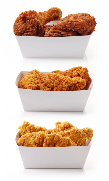 gebakken gepaneerd kip in witte kartonnen dozen - chicken bird in box stockfoto's en -beelden