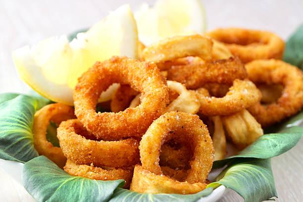 fritto calamari e gamberi - pangrattato preparazione degli alimenti foto e immagini stock