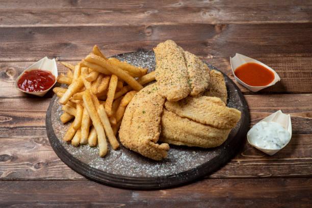 Patates kızartması ile kızarmış yayın balığı stok fotoğrafı
