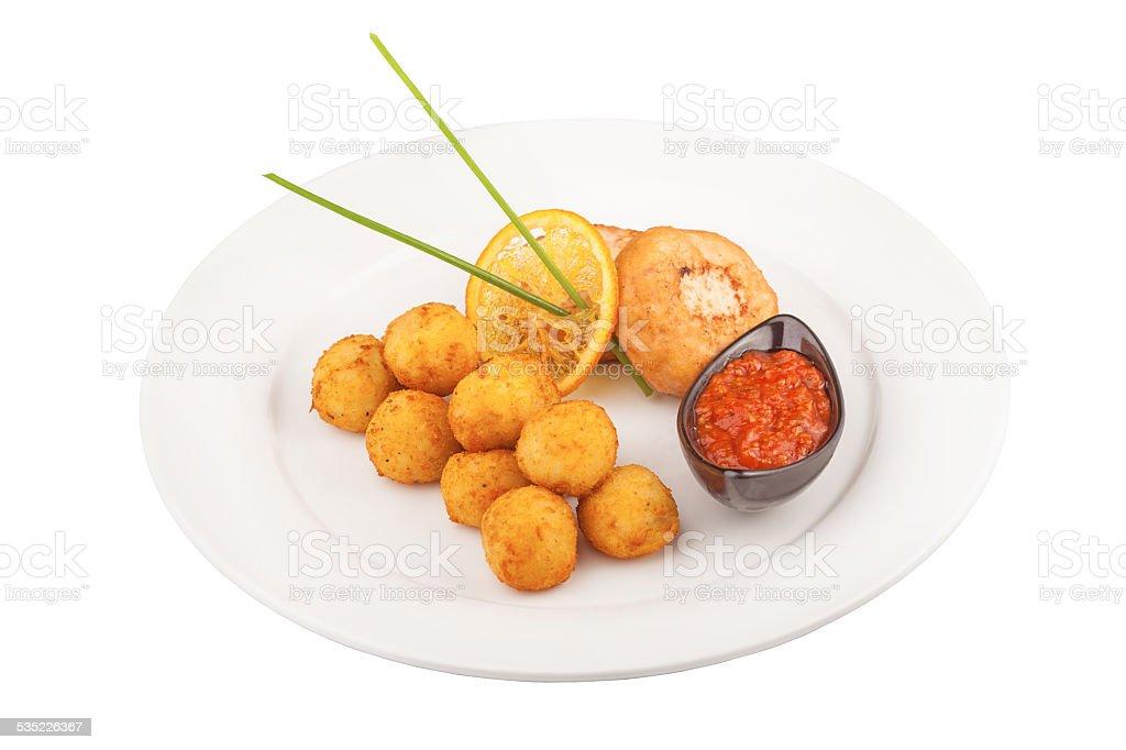 Bolinhos de queijo frito com carne e costeletas - foto de acervo