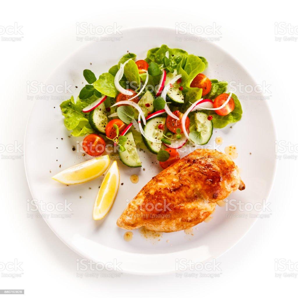 Gebratene Hühnerbrust mit Gemüse – Foto