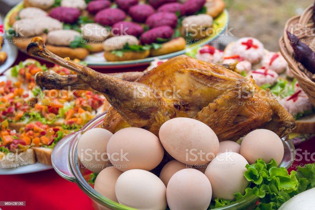 stekt kyckling, ägg och andra rätter, georgiska köket - Royaltyfri Annat tema Bildbanksbilder