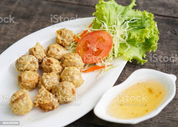 Fried Chicken In A Plate With Vegetables — стоковые фотографии и другие картинки Без людей