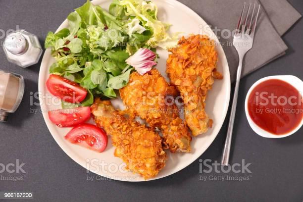 Coscia Di Pollo Fritta E Insalata - Fotografie stock e altre immagini di Coscia di pollo
