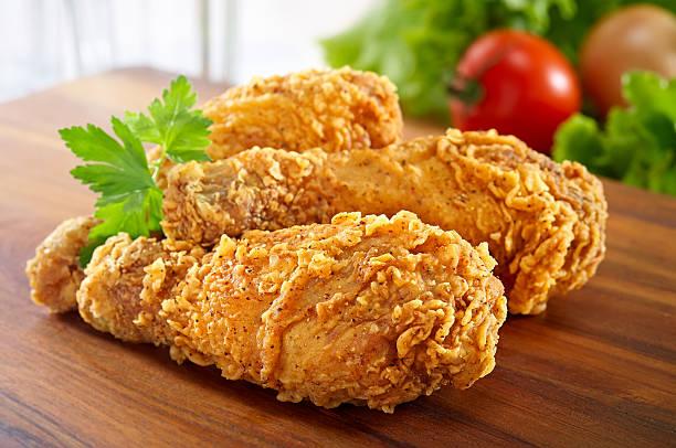 pernas de frango frito - estaladiço imagens e fotografias de stock