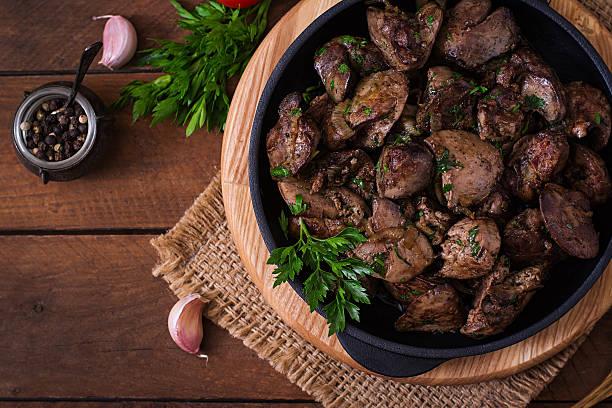 fried chicken liver with onions and herbs - innereien stock-fotos und bilder