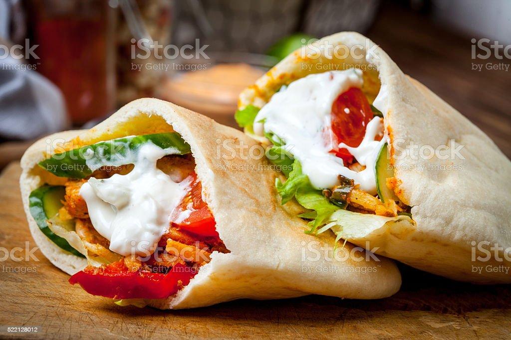 Gebratenes Huhn Fleisch mit Gemüse in pita-Brot – Foto