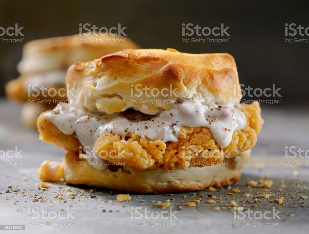 Fried Chicken Sandwich mit Wurst Soße auf einen Keks – Foto