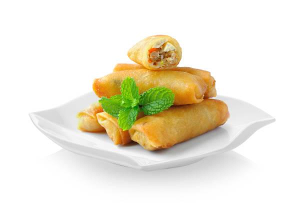 gebratene frühlingsrollen chinesische traditionelle essen in keramikplatte (schöne form) auf weißem hintergrund - frühlingsrollen stock-fotos und bilder
