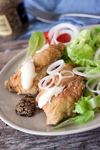 gebratener kabeljau und salat - englischer erbsen salat stock-fotos und bilder