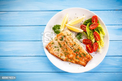 istock Fried cod fillets and vegetables 635676024