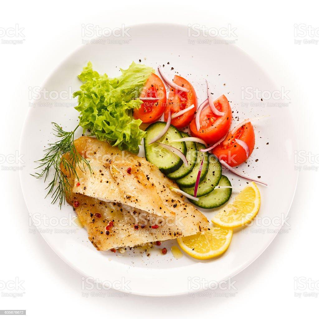 Les filets de cabillaud frit et légumes - Photo