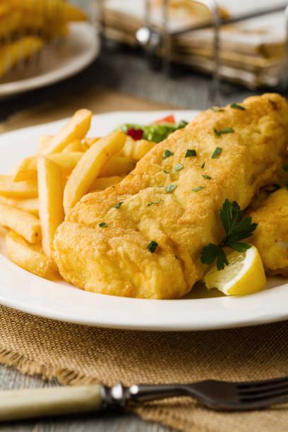 gebratener kabeljau mit chips. - englischer erbsen salat stock-fotos und bilder