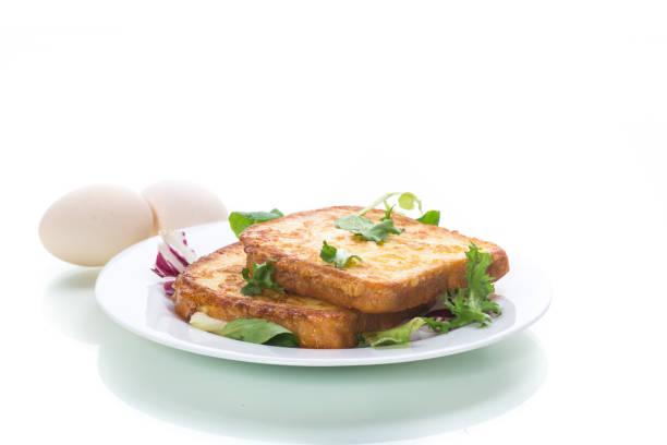 雞蛋煎麵包和盤子裡的青菜圖像檔