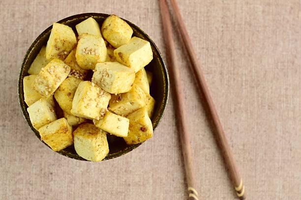 fried diced tofu - mariniertes tofu stock-fotos und bilder