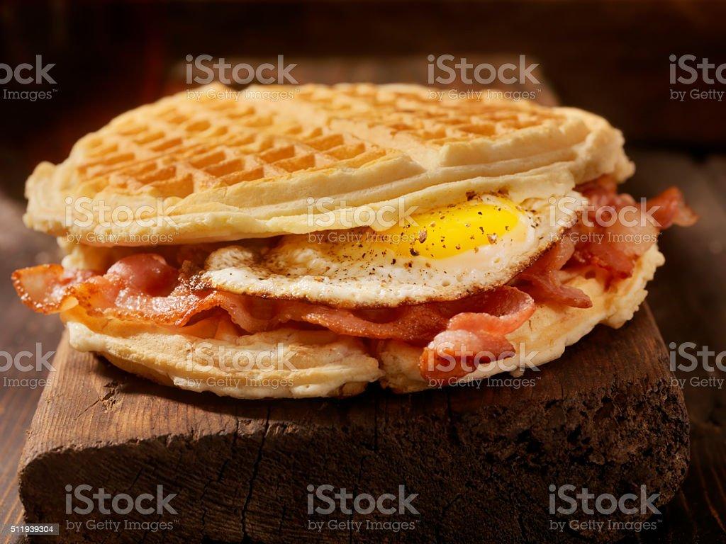 Huevo frito y tocino gofre sándwich - foto de stock