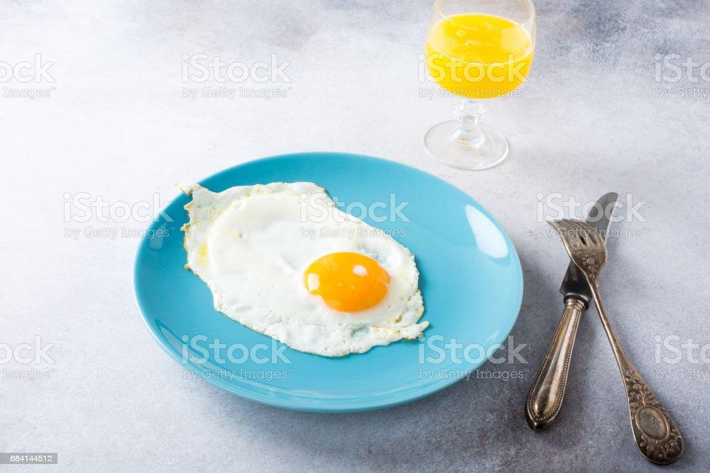 Stekt ägg och apelsinjuice royaltyfri bildbanksbilder