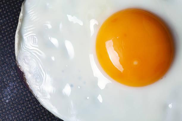 fried egg in pan macro - frying pan bildbanksfoton och bilder